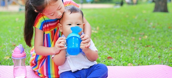 11 Rekomendasi Merk Sippy Cup Bayi dan Tips Penggunaannya