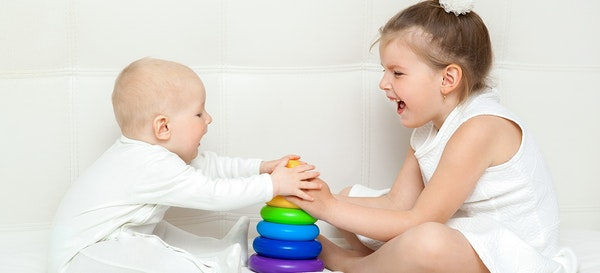 5 Cara Mendidik Anak untuk Berbagi Tanpa Memaksa