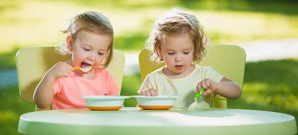 5 Cara Mengajarkan Anak Makan Sendiri
