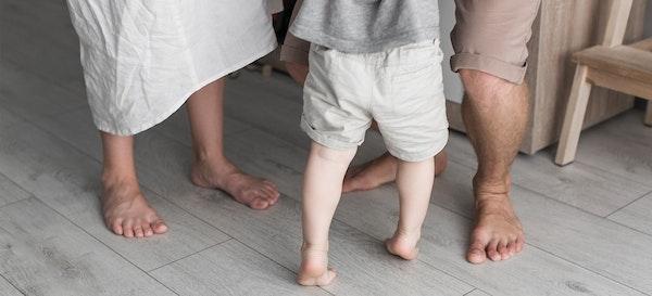 5 Manfaat Bertelanjang Kaki Untuk Pertumbuhan Anak
