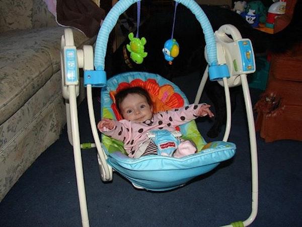 5 Tips Aman Menggunakan Ayunan Bayi dan Cara Memilihnya