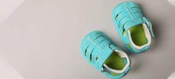 7 Tips Membeli Sepatu Untuk Bayi Belajar Berjalan