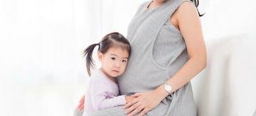 7 Tips Menyusui Saat Hamil dan Tantangan Baru Bagi Ibu