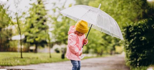 8 Manfaat Anak Main Hujan yang Wajib Orang Tua Ketahui!