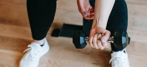 Cara Mengecilkan Lengan Atas Dengan 5 Gerakan Latihan Ini!