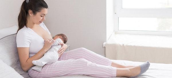 Ini Alasan Kenapa Ibu Harus Tetap Menyusui Anak Meski Sedang Sakit