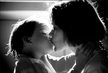 Kenali 10 Tanda Cinta si Kecil pada Bunda