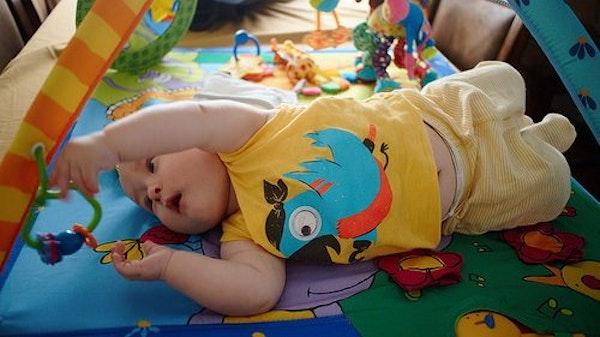 Menstimulasi Perkembangan Bayi dengan Melatih Berguling
