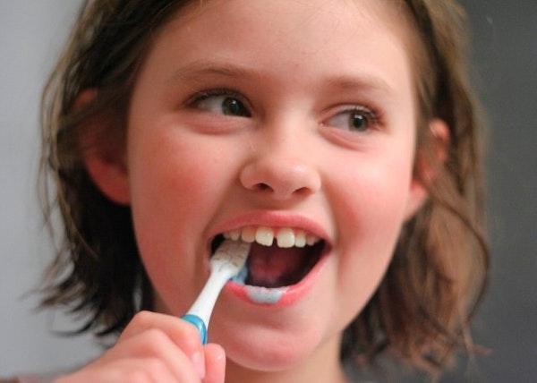 Mengajarkan Anak Menggosok Gigi