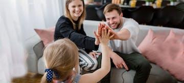 Mengenal Sisi Negatif dan Positif Pola Asuh Yes Parenting
