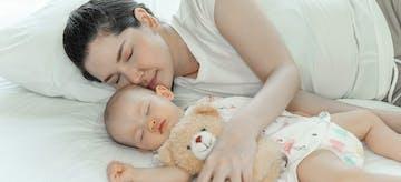 Perhatikan 10 Tips Aman Ini Saat Orangtua Tidur Bersama Bayi