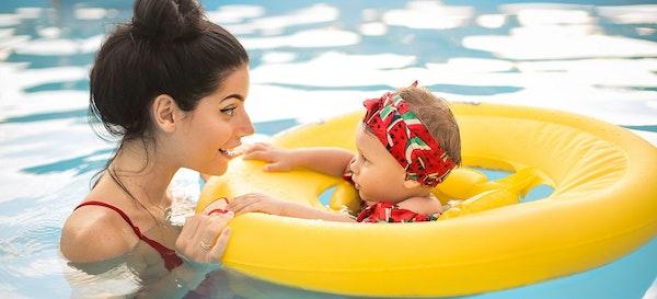 Perhatikan 15 Hal Ini Saat mengajak Bayi Berenang Pertama Kali