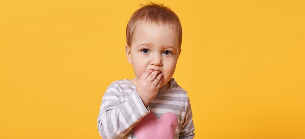 Perhatikan 8 Hal Ini Saat Bayi Memasukkan Benda ke Mulut